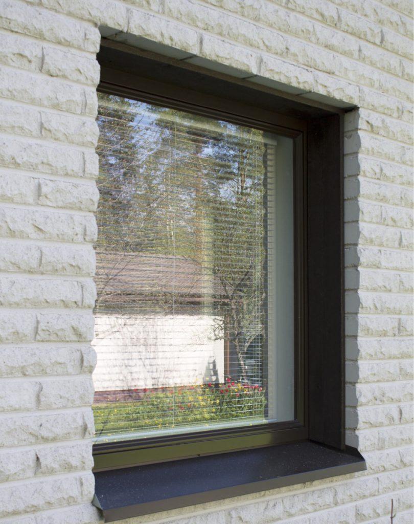 ikkunalauta ja ikkunapelti tiilijulkisivu, tiili smyygi ikkunapelti liitos, smyygilauta tiili ikkunapelti